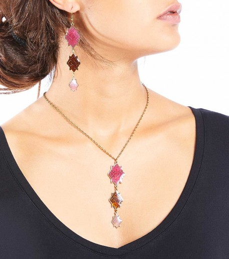 Short necklace with 3 pink Marvels